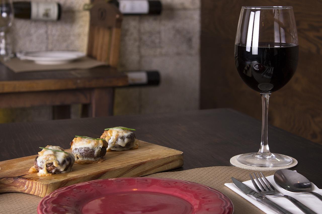 Pieczarki w czerwonym winie i czosnku
