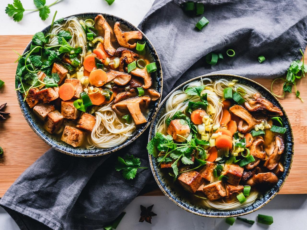 Wegański ramen z tofu i pieczarkami